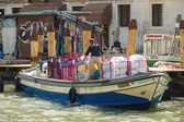 Service worker loads into the boat bedclothes , Venice, Italy — Stock Photo