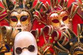 Recuerdos y las máscaras de Carnaval de calle comercio en Venecia, Italia — Foto de Stock