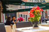 Tourists rest in an outdoor cafe,Venice, Italy — Stock Photo