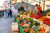 People near a counter with vegetables on a market in Venice, Ita — Stock Photo