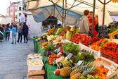 Sebzeler Venedik, ita piyasada olan bir sayaç yakın kişi — Stok fotoğraf