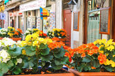 Flowers decorate the outdoor cafe on the market in Venice, Italy — Foto Stock