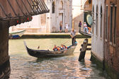 Gondolier sails with tourists sitting in a gondola, Venice, Ital — Stock Photo