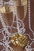 Pole szampana i prezent boże narodzenie — Zdjęcie stockowe
