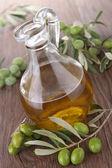Jarra de vidro com azeite de oliva — Foto Stock