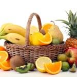 Wiklinowy kosz z owocami — Zdjęcie stockowe