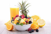Fruit salad and orange juice — Стоковое фото