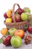 Cesta de mimbre con manzanas — Foto de Stock
