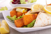 Fajitas with fishsticks and salad — Stockfoto