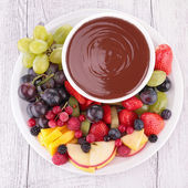 Chocolate sauce and assorted of fruits — Stock Photo
