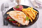 Poitrine de poulet grillée et frites — Photo