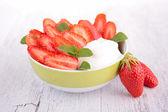 Jahoda a jogurt — Stock fotografie
