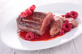Sauce de canard poitrine et berry — Photo