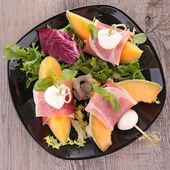 салат с дыней, прошутто и сыром моцарелла — Стоковое фото