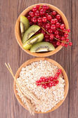 谷物和水果一起吃早餐 — 图库照片