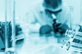 ученый, работающий в лаборатории — Стоковое фото