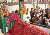 Sindh Auqaf Minister, Sharmila Farooqi offers Dua at Shrine of Sakhi Abdul Wahab Shah Jilani (R.A) — Stock Photo