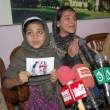 Daughters of AmUllah Brohi who killed in fake police encounter on dispute of 1.8 Million Rupees, addresses to medipersons — Stock Photo #17426093