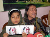 Daughters of Aman Ullah Brohi who killed in a fake police encounter on the dispute of 1.8 Million Rupees, addresses to media persons — Stock Photo