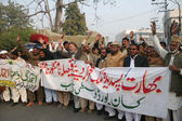 Members of Punjab Kissan Board chant slogans against India during protest demonstration at Lahore press club — Stock Photo