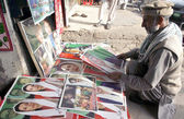 Man sells portraits of Benazir Bhutto on the occasion of Benazir Bhutto Death Anniversary, in Peshawar. — Stock Photo