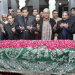 Prime Minister, Raja Pervez Ashraf offers Fateha  at the grave of Benazir Bhutto — Stock Photo