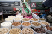 A women sells dry-fruits to earn her livelihood for support her family at roadside stall during winter season — Stock Photo