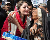 Adviser of Sindh Chief Minister, Sharmila Farooqi distributes clothes among needy during her visit occasion Annual Urs celebrations — Stock Photo