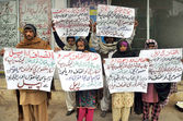 Residents of District Dera Ghazi Khan chant slogans against gang rape with Anita Mai and their area police officials — Stock Photo