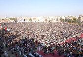 Supporters and Activists of Muttehda Qaumi Movement (MQM) listening addresses of Minhaj-ul-Quran International President, Mulana Tahir-ul-Qadri — Stock Photo