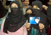 Parenti di tariq ali durante una manifestazione per protestare contro non-arresto dei suoi assassini — Foto Stock