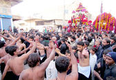Shiite mourners beat their chests during Chehlum Procession of Hazrat Imam Hussain (AS) — Stock Photo