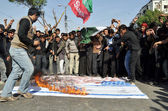 Shiite mourners burn U.S and Israel flags as they are participating mourning procession on occasion of Chehlum (Fortieth Day Mourning Commemoration) — Stock Photo