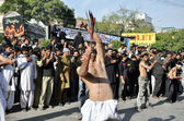 Shiite Muslims mourners scourging their bodies with knives swung in chain to show their devotion to Hazrat Imam Hussain (A.S) — 图库照片