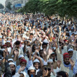 Activists of Ahle Sunnat Wal Jamat (Defunct Sipah-e- Sahaba) chant slogans against assassination attack on their leader, Aurangzeb Farooqi — Stock Photo