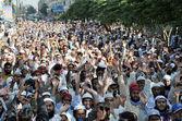 Activists of Ahle Sunnat Wal Jamat (Defunct Sipah-e- Sahaba) chant slogans against assassination attack on their leader, Aurangzeb Farooqi — Stock Photo