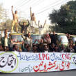 Members of Awami Rickshaw Union chant slogans against non-availability of CNG and LPG and price hiking — Stock Photo #18616085