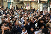 Shiite Muslims chant slogans against bomb blast at Qandhari Imambargah Alamdar Road Quetta — Stock Photo