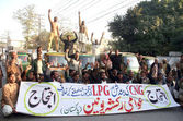Members of Awami Rickshaw Union chant slogans against non-availability of CNG and LPG and price hiking — Stock Photo