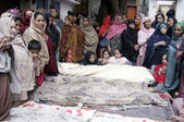 Relatives of victims of building collapse incident weep over their dead bodies — Stock Photo