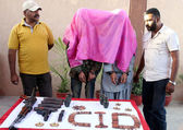 CID Police officials shows accused activists of defunct Tehreek-e-Taliban (with covered faces) and seized weapon — Stock Photo