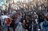 Shiite mourners pass through a street during religious procession of death anniversary of Hazrat Imam Hassan Askari (AS) — Stock Photo