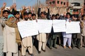 Residents of Garhi Rasheed chant slogans against excessiveness of Police in their locality, and demanding to government for immediate suspend of Police SHO — Stock Photo