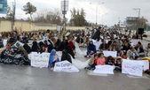Leden van de vereniging van de huqooq-e-docenten balochistan chant slogans voor regularisatie op hun baan — Stockfoto