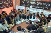 Deputy Commissioner Quetta, Abdul Mansoor Kakar dialogues with teachers who are sit-in in favor of their demands at Haqooq Teachers Association — Stock Photo