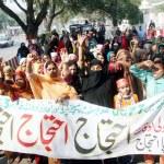 ������, ������: Residents of Qilla Gujar Singh chant slogan against Sui Gas load shading