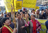 Women activists of Khawateen Mahaz-e-Amal chant slogans against extremism and dictatorship — Stock Photo