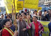 Women activists of Khawateen Mahaz-e-Amal chant slogans against extremism and dictatorship — Stock Photo