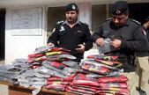 Police officials inspect recovered packets of drug (Charas), which were seized during snap checking at Jamrud road — Stock Photo