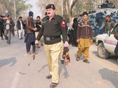 Security officials inspect the site after bombs explosions at Political Agent Khyber office in Peshawar — Stock Photo